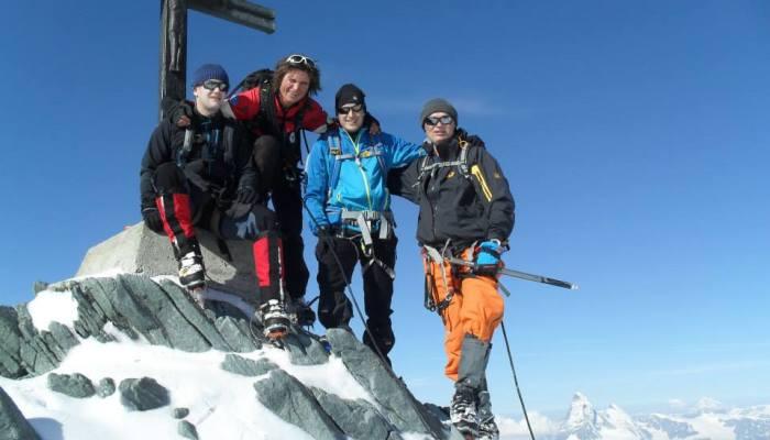 Christian Schmitz mit Simon Gietl am Gipfelkreuz